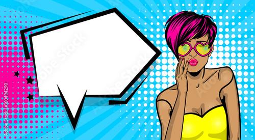 La pose en embrasure Pop Art Cartoon vintage poster, colored white kitch cool girl heart sunglasses. Speech bubble comic text vector font illustration. Sale banner. Kiss sexy lips lipstick. Pop art style WOW face.