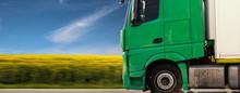 Grüner LKW Fährt Vor Einem Rapsfeld Mit Blauem Himmel Panorama