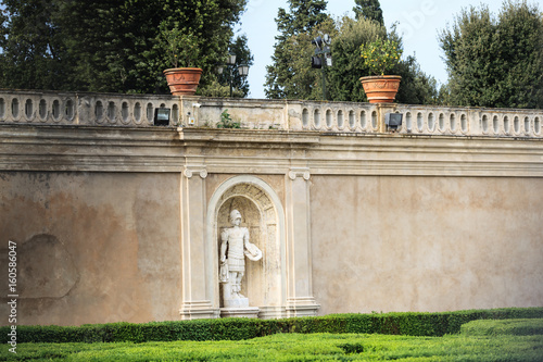 Niche with a sculpture of a Roman soldier in the wall on villa Doria Pamphili Fototapet
