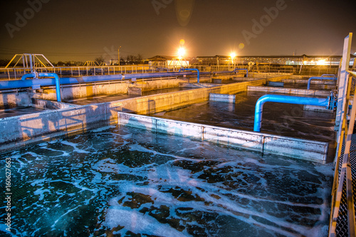 Fotografía  Modern wastewater treatment plant of chemical factory at night