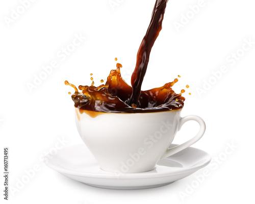 nalewanie-kawy-z-gory-na-bialym-tle