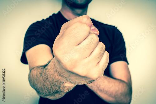 Plakat Młody bokser pokazuje cios pięść