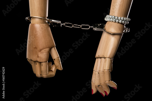 Fotografía  Hand of  woman tying hand of man with handcuffs