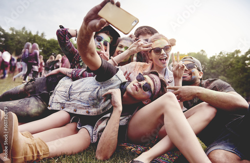 Poster Magasin de musique Friends making selfie at the summer festival