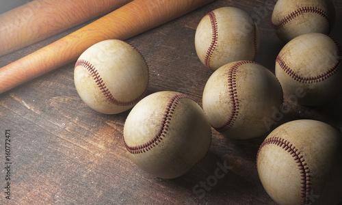 Plakat Liczne piłki i nietoperze na drewnianym biurku