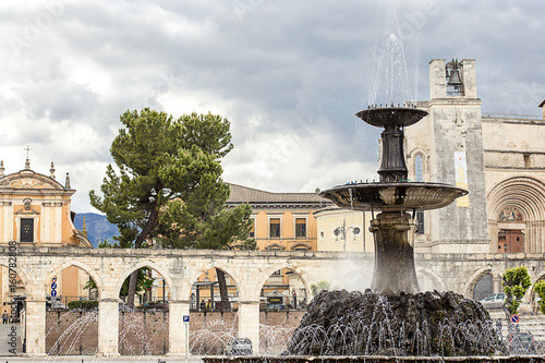Photo SULMONA, ITALY - MARCH, 2017: Garibaldi square everyday life at Sulmona, abruzzo