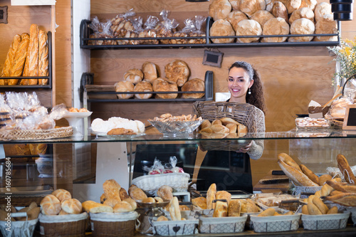 Foto op Plexiglas Bakkerij young woman at bakery display