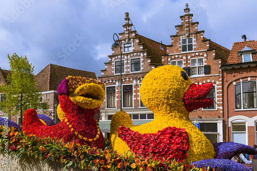 Cuadros en Lienzo Statue made of tulips on flowers parade in Haarlem Netherlands