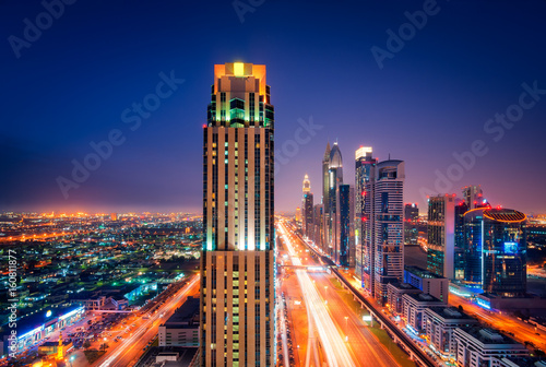 Plakat Zadziwiająca nocy Dubai centrum linia horyzontu, Dubaj, Zjednoczone Emiraty Arabskie