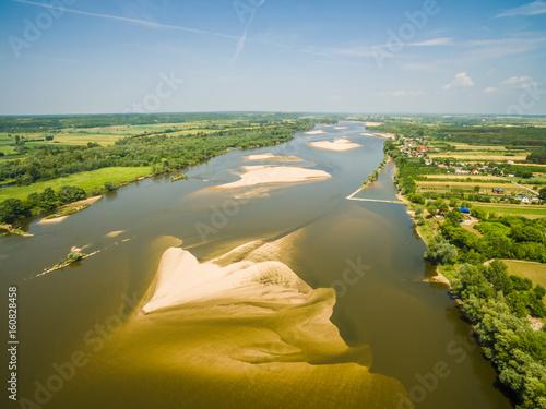 Plakat Rzeka widziana z lotu ptaka. Rzeka Wisła z piaszczystymi mieliznami.