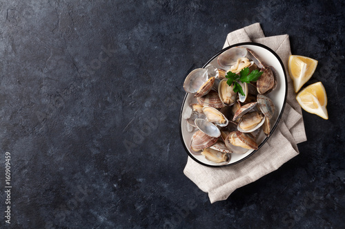 Poster Coquillage Fresh seafood bowl on stone table. Scallops