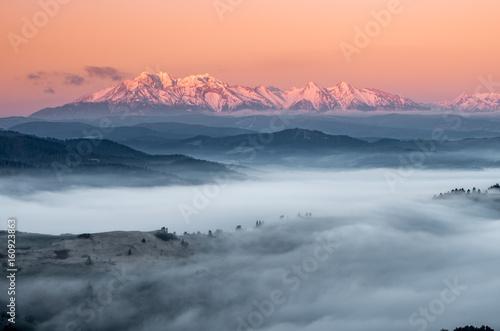panorama-nad-mglista-gora-spisz-do-zasniezonych-tatr-w-godzinach-porannych-krajobraz-polski
