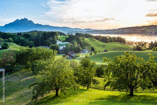 Fotografija  Wiesen, Felder, Pilatus und Vierwaldstättersee am Abend, Schweiz, Europa