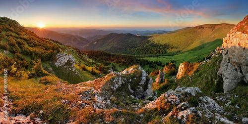 panorama-na-gory-w-slowacji-o-zachodzie-slonca-i-szczyt-suchy