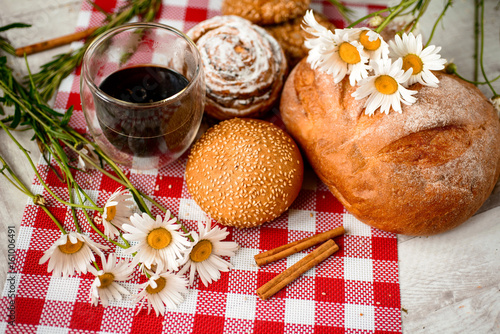 Keuken foto achterwand Picknick Coffee Cup, cracker, cookie, biscuit, chamomile flowers on a wooden table.