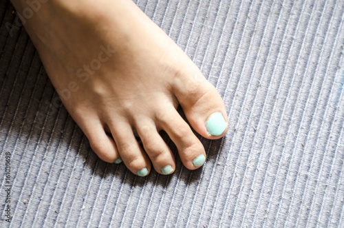 Uñas De Los Pies Pintadas De Azul Buy This Stock Photo And