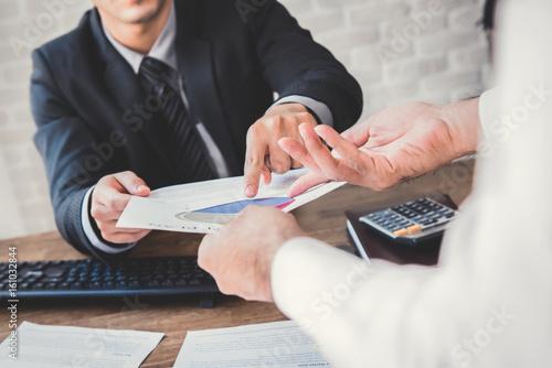 Fotomural  Businessmen discussing financial document work