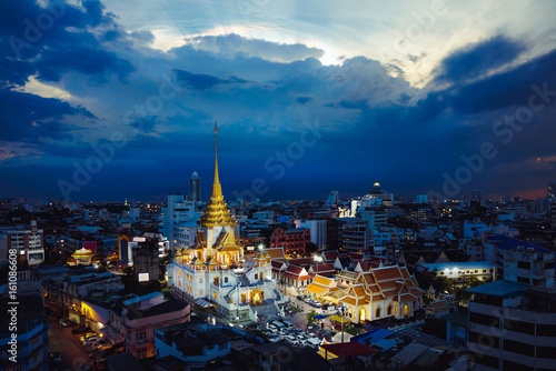 In de dag Bangkok Wat Trimitr in chinatown or yaowarat area in Bangkok city, Thailand