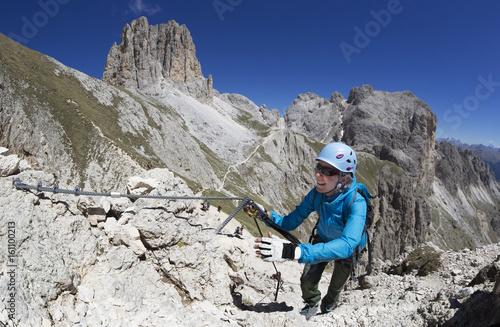 Foto op Canvas Alpinisme Frau im Rotwand-Klettersteig im Rosengarten