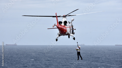 Türaufkleber Hubschrauber Pilot is disembarking from cargo ship by helicopter