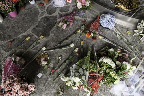 Fotografía  Flowers in homage against terrorism