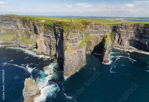 Zdjęcie XXL Światowi sławni ptaki przyglądają się powietrznego trutnia widok falezy Moher w okręgu administracyjnym Clare, Irlandia. Piękny krajobraz irlandzkiej wsi na trasie Wild Atlantic Way.