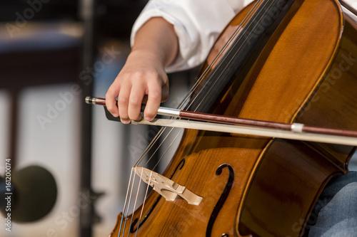 Plakat chłopiec gra na wiolonczeli