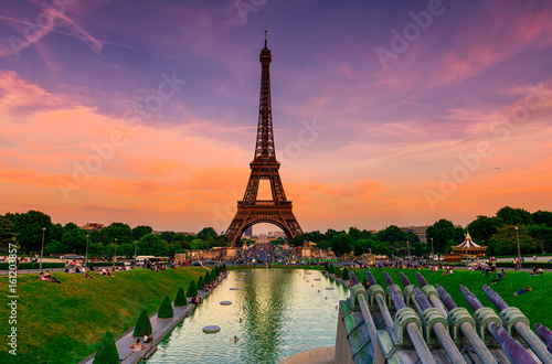 Poster Tour Eiffel Sunset view of Eiffel Tower from fountain in Jardins du Trocadero in Paris, France. Eiffel Tower is one of the most iconic landmarks of Paris