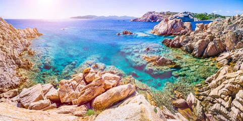 Czysta czysta lazurowa woda morska i niesamowite skały na wybrzeżu wyspy Maddalena, Sardynia, Włochy
