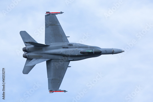 obraz dibond Jet fighter flying low.
