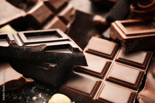 Heap of broken chocolate pieces, close up Fototapet