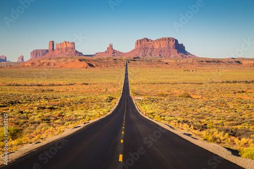 Obraz Pomnikowa dolina w USA autostradą 163 przed zmierzchem, Utah, USA - fototapety do salonu