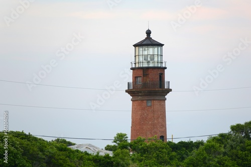 Foto op Aluminium Vuurtoren Gay Head Lighthouse and Gay Head cliffs of clay at the westernmost point of Martha's Vineyard in Aquinnah, Massachusetts, USA. This historic lighthouse was built in 1856.