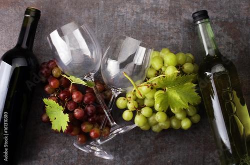 kieliszki-do-wina-lezace-na-winogronach-i-butelki-z-winem