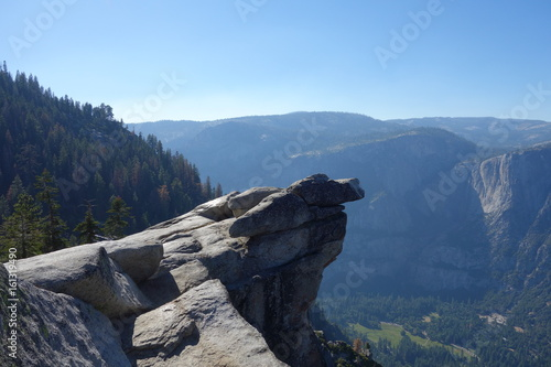 Scenic rocky cliff overlooking a vast landscape Fototapet