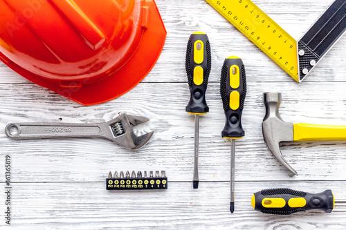 Plakat Set budów narzędzia na popielatego drewnianego biurka tła odgórnym widoku