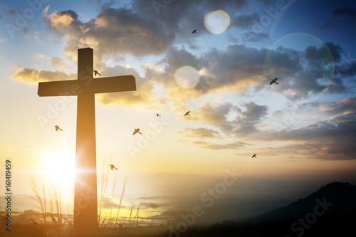 Fotografía  cross on blurry sunset background .
