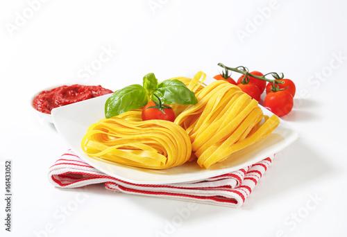 Fotografia Tagliatelle pasta and tomato paste