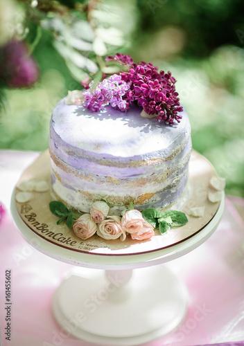 Zdjęcie XXL Nieociosany ślubny tort dekorujący z różami i fiołkowym bzem