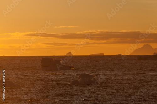 Papiers peints Arctique Icebergs in the evening light