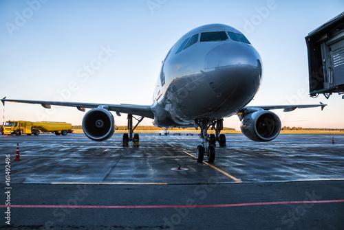 Zdjęcie XXL Samolot pasażerski na płycie lotniska w pobliżu cysterny