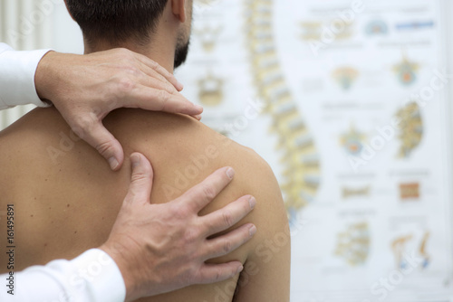 Fényképezés Medical check at the shoulder in a physiotherapy center