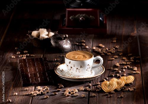 filizanka-kawy-ciasteczka-i-czekolada