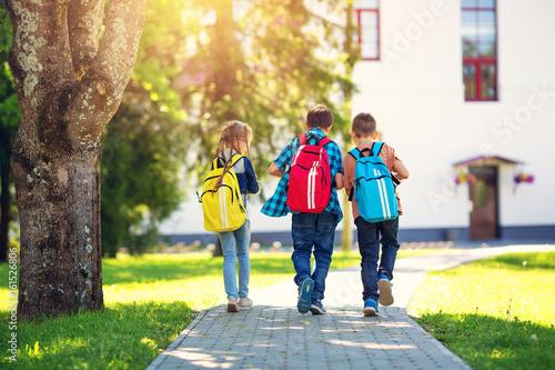 Fotografía  Children with rucksacks standing in the park near school