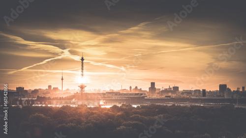 Foto op Canvas Berlijn Berlin am Morgen zum Sonnenaufgang