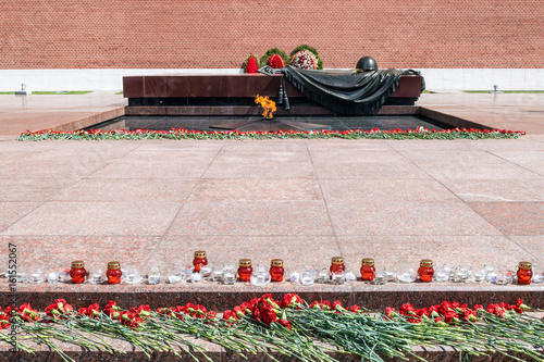 Fotografia  MOSCOW, RUSSIA - JUNE 20, 2017: Carnation flowers and candles at The Unknown Soldier Memorial in the Alexander Garden by Kremlin wall