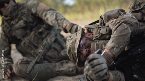 Fotografía  The soldier saves getting injured while shooting and having contact on battlefield