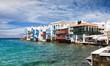 Die Bucht von Little Venice in Mykonos mit smaragd grünem Meer, Griechenland