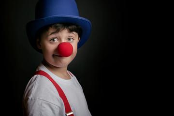 niño con nariz de payaso