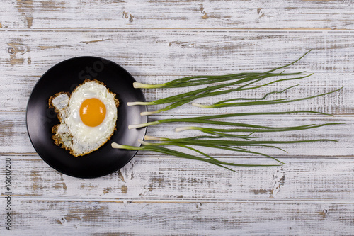 Fotografia  Egg , chives and black plate look like sperm competition, Spermatozoons floating